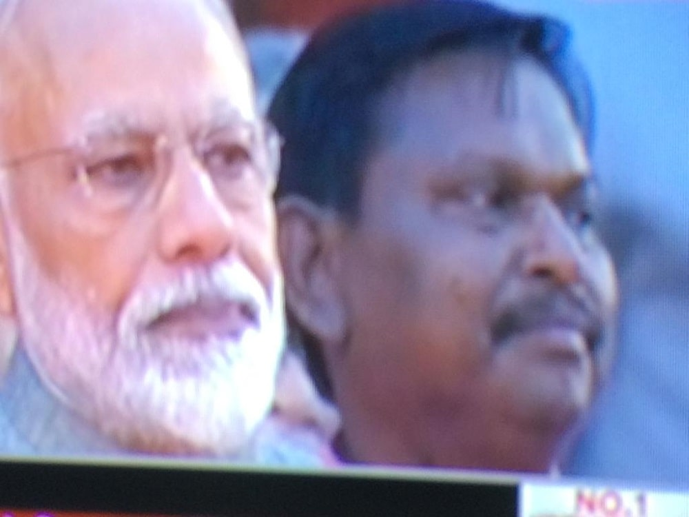 <p>PM Narendra Modi and ex Jharkhand CM Arjun Munda who sat behind him inside the venue at President House, New Delhi before taking oath of office of the PM and Union Minister</p>
