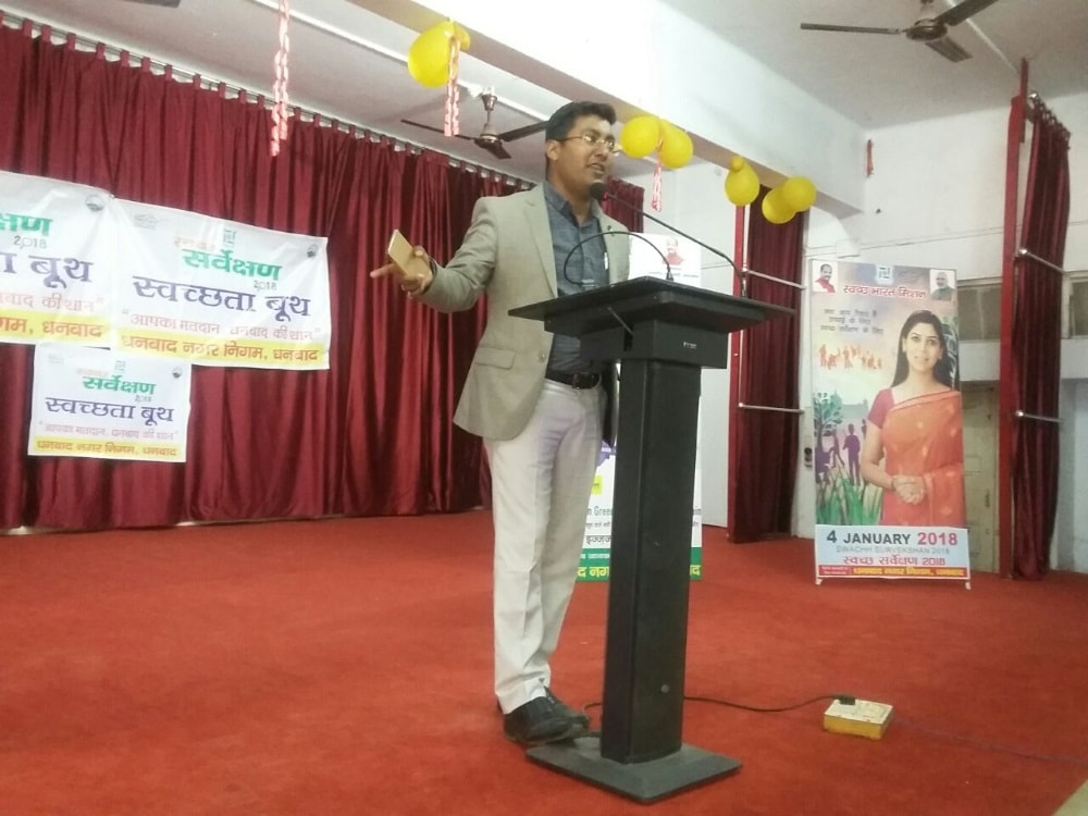 <p>Municipal commissioner discussed the topic of cleanliness with girl students in SS LNT Women&#39;s College Dhanbad.</p>