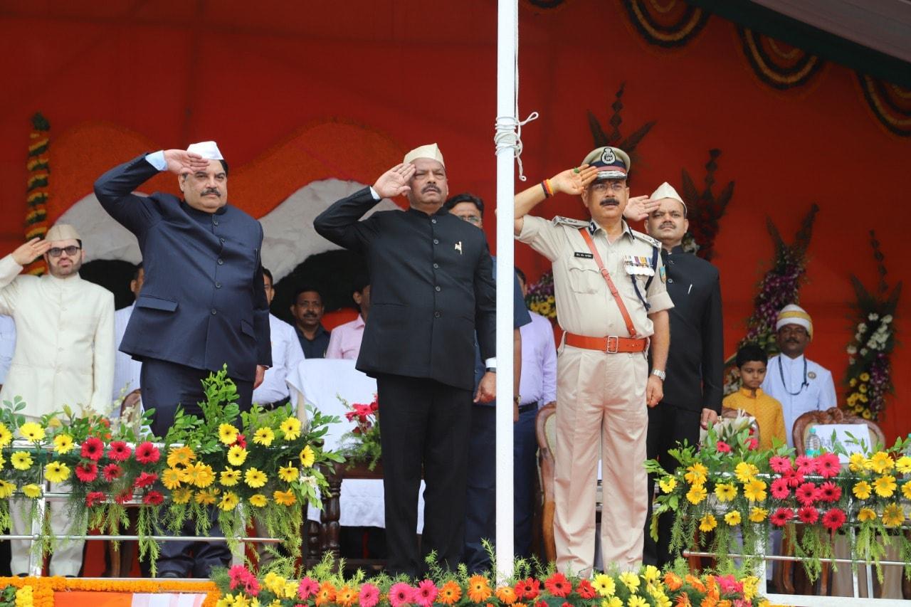 <p>72वें स्वतंत्रता दिवस के अवसर पर मुख्यमंत्री रघुवर दास ने आज दिनांक 15/08/2018 को रांची के मोरहाबादी मैदान में झंडोत्तोलन किया |</p>