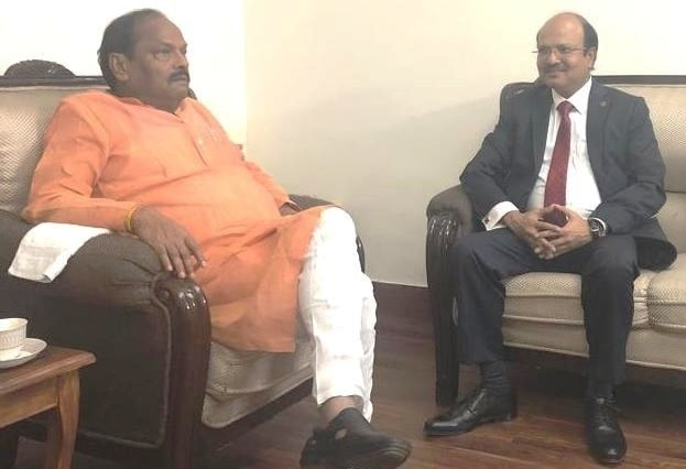 <p>Mr. Shashi Shankar, Chairman of ONGC met the JharkhandChief Minister Raghubar Das in New Delhi on Friday. It was a courtesy call..</p>