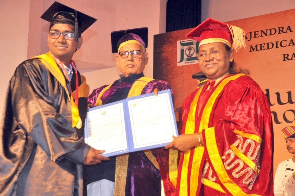<p>Governor Droupadi Murmu presenting a degree to a student during the 2nd  convocation ceremony of Rajendra Institute of Medical Sciences (RIMS) at RIMS auditorium in Ranchi…