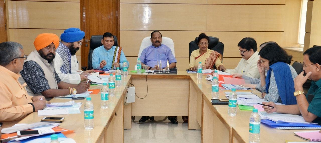 <p>मुख्यमंत्री रघुवर दास ने आज प्रोजेक्ट भवन में झारखण्ड राज्य बाल संरक्षण आयोग, झारखण्ड राज्य अल्पसंख्यक आयोग, राज्य निःशक्तता आयुक्त कार्यालय और झारखण्ड राज्य समाज कल्याण बोर्ड के…