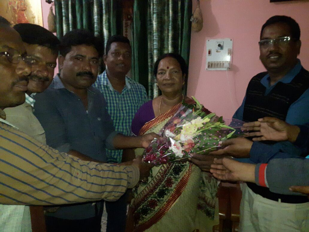 <p>Simdega BJP party workers congratulated and presented a bouquet to MLA Vimal Prandhan on being selected as excellent legislator.</p>