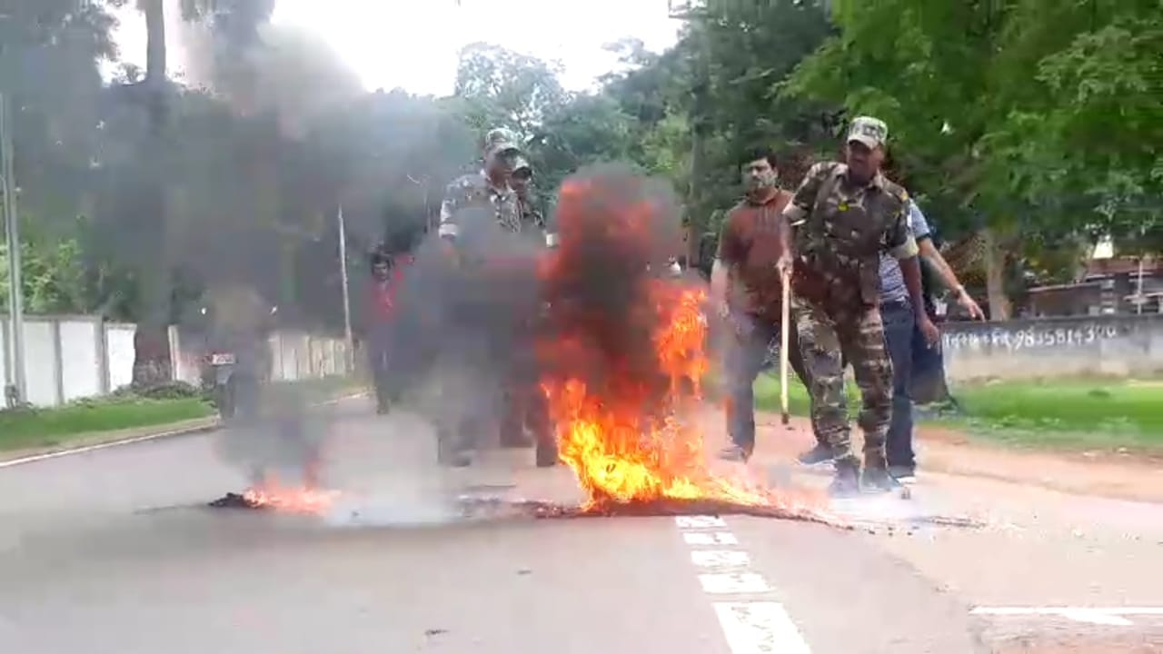 <p>Policemen try to douse a burning tyre set on fire by bandh supporters on a street in Ranchi on Thursday. </p>
