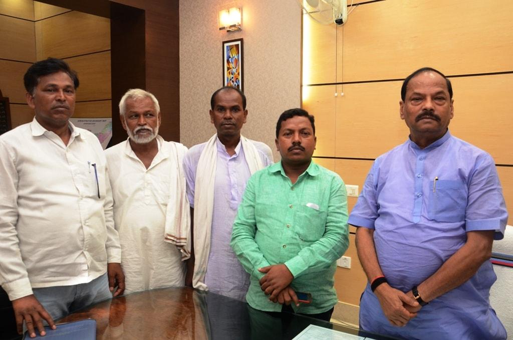 <p>झारखंड मंत्रालय में घटवाल/घटवार समुदाय के प्रतिनिधिमंडल ने मुख्यमंत्री से मिलकर समुदाय को अनुसूचित जनजातीय समुदाय में सम्मिलित करने हेतु ज्ञापन सौंपा</p>