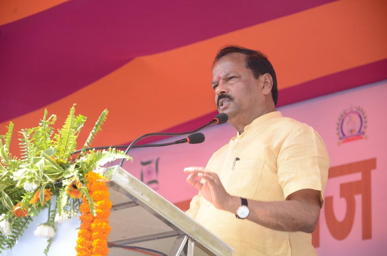 <p>गढ़वा:- ग्राम स्वराज अभियान के तहत स्वच्छ भारत दिवस पर मुख्यमंत्री ने गढ़वा के खजरी गांव से पूरे राज्य में स्वच्छ भारत मिशन के लक्ष्य को हासिल करने का आह्वान किया |</p>