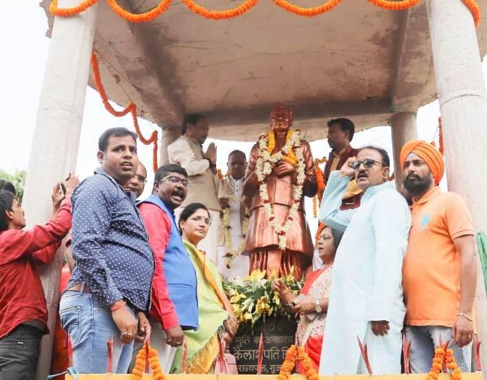<p>पंडित दीनदयाल उपाध्यक्ष जी के जयंती के अवसर पर उनके प्रतिमा पर माल्यार्पण करते मुख्यमंत्री रघुवर दास |</p>