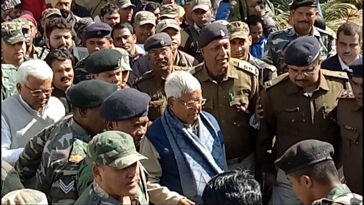 <p>Lalu Prasad Yadav arrives at a CBI special court from Birsa Munda Jail in connection with fodder scam cases in Ranchi on wednesday.</p>