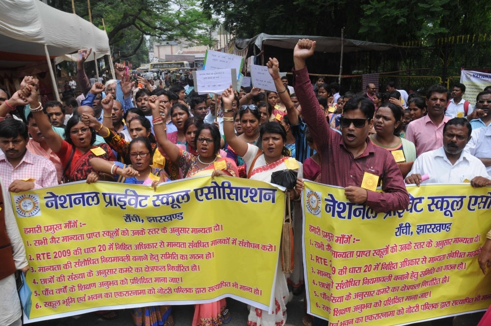 <p>National Private School Association members protest outside Governor House in Ranchi on Saturday.</p>