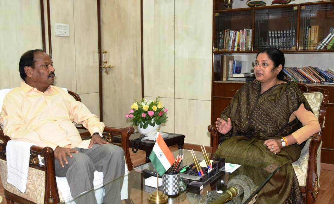 <p>Koderma MP Mrs. Annapurna Devi today met Chief Minister Raghubar Das at the CM's residence on Friday.</p>