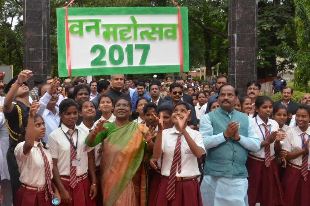 <p>Governor Droupadi Murmu, Chief Minister Raghubar Das and school childrens took part in Van Mahotsav-2017 at Raj Bhawan in Ranchi on Wednesday.</p>