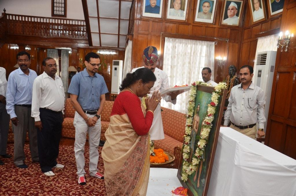 <p>माननीया राज्यपाल श्रीमती द्रौपदी मुर्मू ने आज हूल दिवस के अवसर पर राजभवन रांची के दरबार हाॅल में सिदो कान्हू के चित्र पर माल्यार्पण कर उनके प्रति श्रद्धा सुमन प्रकट किया |</p>