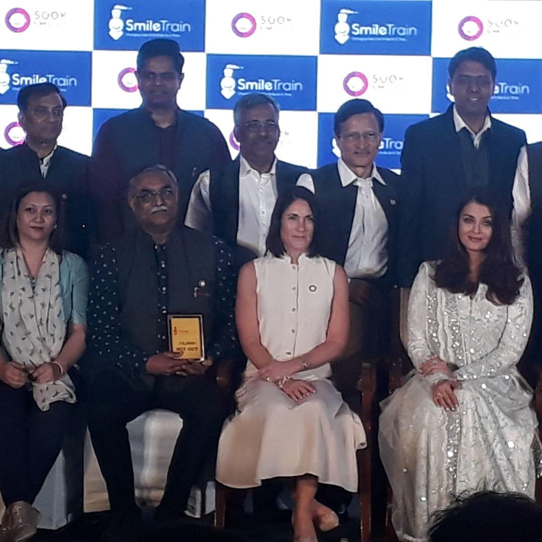<p>विश्व मे सफल 5 लाख जन्मजात तालु से होंठ(Cleft) के ऑपरेशन होने पर मुम्बई में एक सम्मान समारोह पर रांची से गये *डॉक्टर अनंत सिन्हा* को स्माइल ट्रेन की ब्रांड एम्बेसडर ऐश्वर्य राय…