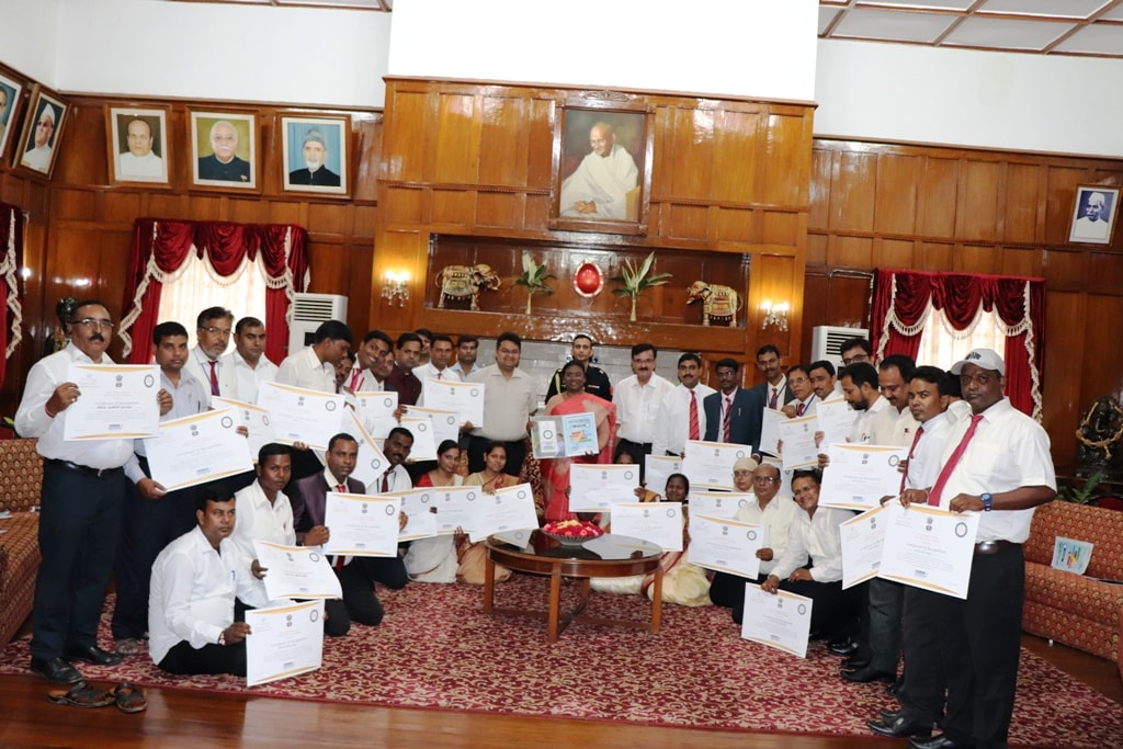 "<p>Jharkhand Hon'ble Governor Draupadi Murmu today honored 31 state teachers under the ""Zero Investment Innovations in Education"" program (ZIIEI) administered by Sri…"