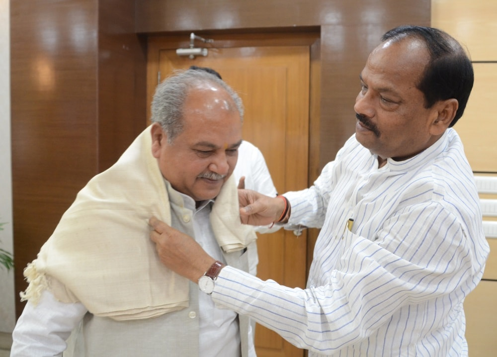 <p>Union Rural Development Minister Narendra Singh Tomar met Jharkhand Chief Minister Raghubar Das</p>