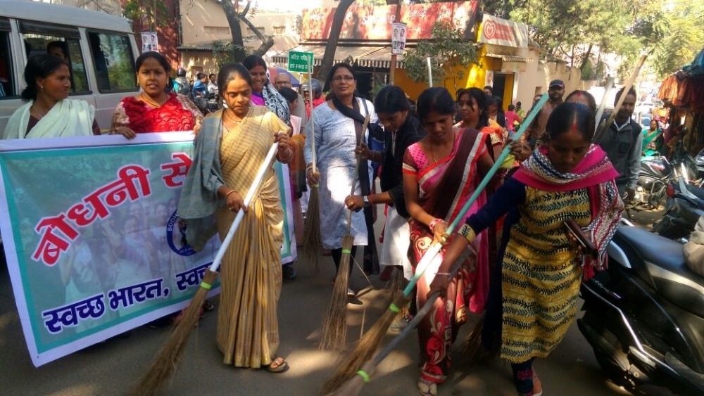 <p>Bodhni Sewa Sanstha, a Ranchi based NGO under the leadership of Renu Agarwal, carried out a cleanliness drive in and around Pahari Mandir of Ranchi on Monday.</p>
