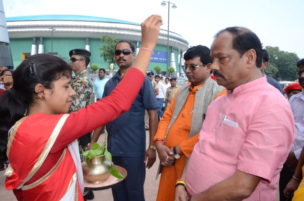 <p>Chief Minister Raghubar Das being welcomed by a students during a program in Ranchi on Tuesday.</p>