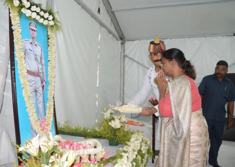 <p>माननीय राज्यपाल द्रौपदी मुर्मू तथा झारखंड के मुख्यमंत्री रघुवर दास ने भारतीय पुलिस सेवा के दिवंगत अधिकारी स्वर्गीय प्रवीण सिंह के श्राद्ध कर्म में भाग लेकर उन्हें अपनी श्रद्धांजलि…