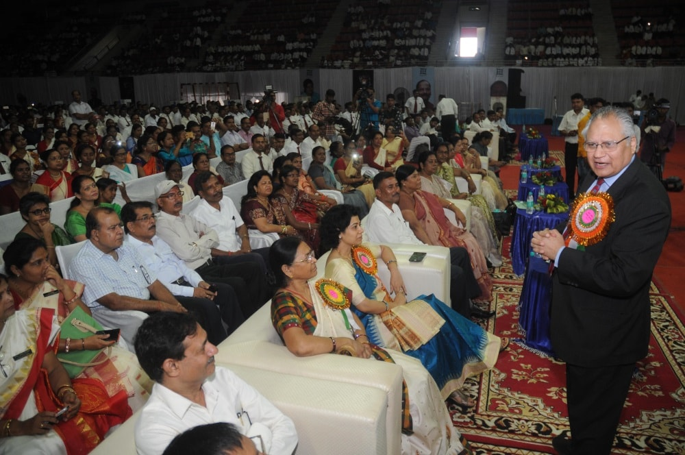 <p>Well known International motivator and management expert Shiv khera addresses the teachers at a state level teachers conclave held at khelgaon Hotwar in Ranchi on Monday.</p>