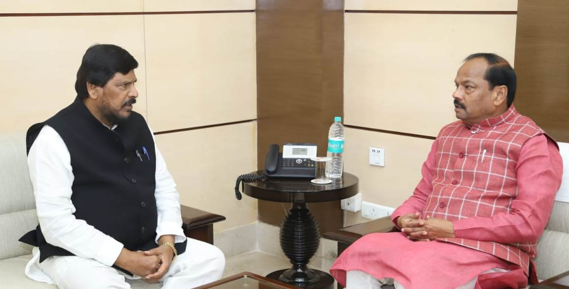 <p>Union Minister of State for Social Justice, Ramdas Athawale today met the Chief Minister, Mr. Raghubar Das, It was a courtesy call.</p>