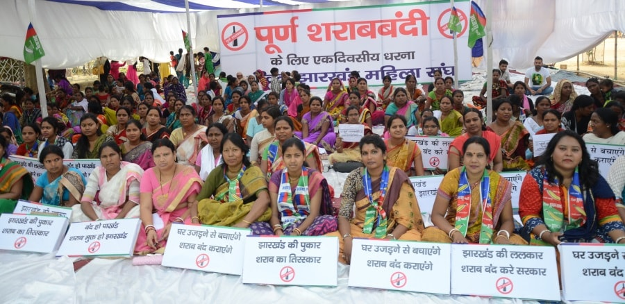 <p>All Jharkhand Students Union Women&#39;s wing held dharna at Morahabadi Maidan in Ranchi demanding ban on sale and consumption of liquor in Jharkhand.</p>