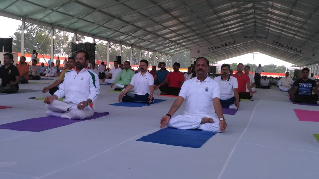 <p>Union Minister Mukhtar Abbas Naqvi and Jharkhand Chief minister&nbsp; Raghuwar Das performing Yoga on International Yoga Day in Ranchi on Thursday, June 21, 2018</p>
