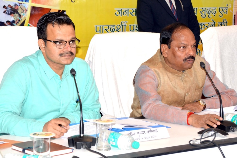 <p>Chief Minister Raghubar Das along with Principal Secretary to CM Sunil Barnwal during the Jansamvad at Suchna Bhawan in Ranchi on Tuesday.</p>