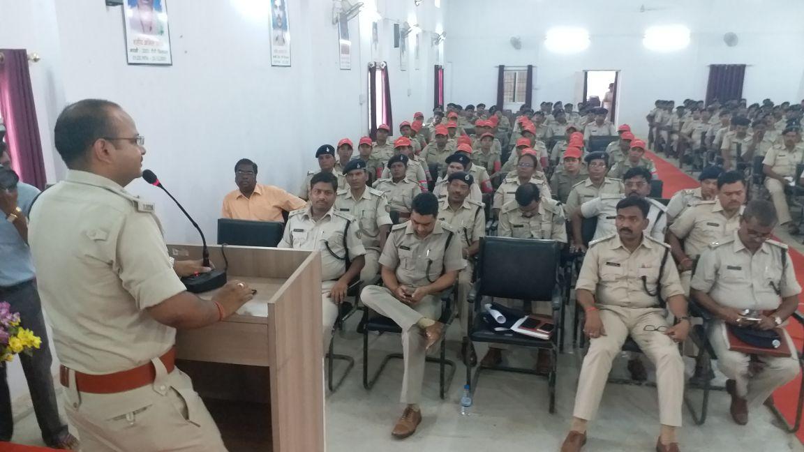 <p>रांची&nbsp;पुलिस लाइन में बैठक | सिटी एसपी अमन कुमार मौजूद ,साथ ही शहर के डीएसपी,थानेदार , सहित पीसीआर और टाइगर मोबाइल के जवान शक्ति मोबाइल के जवान बैठक में मौजूद थे |</p>