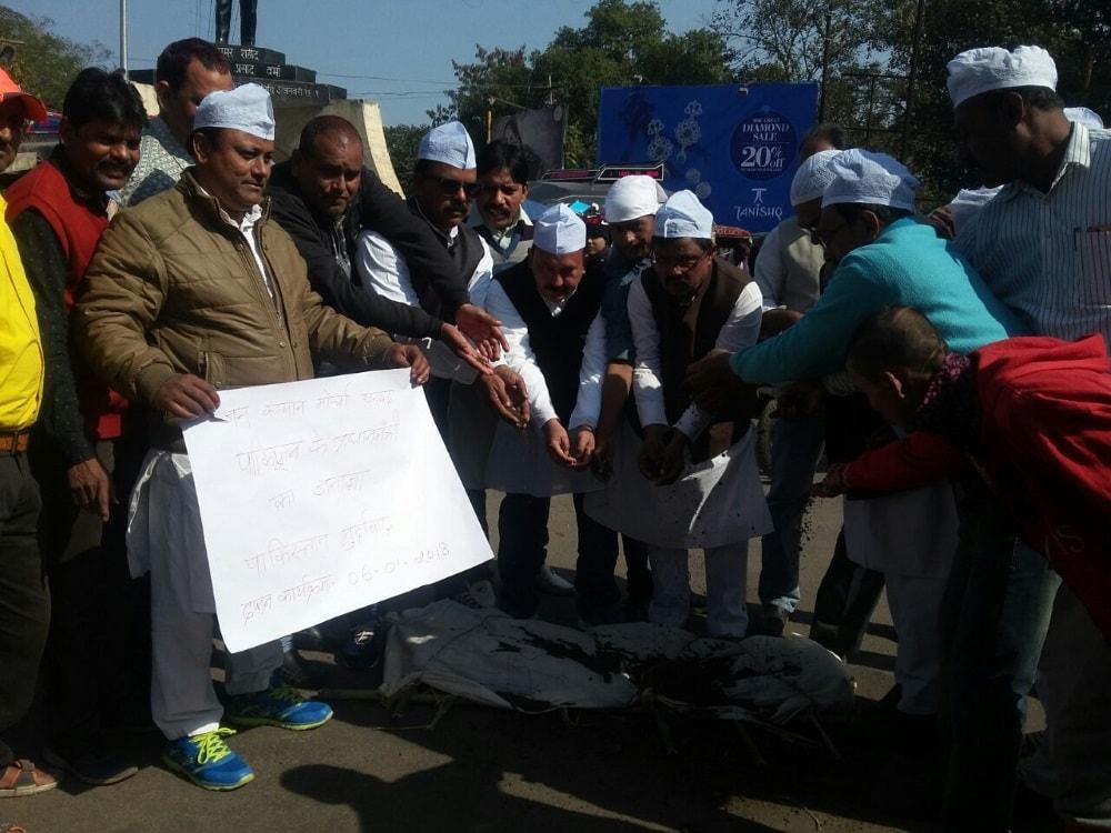 <p>A group of people burnt the effigy of pakistan&#39;s prime minister in&nbsp;randhir chowk, wasseypur dhanbad.</p>