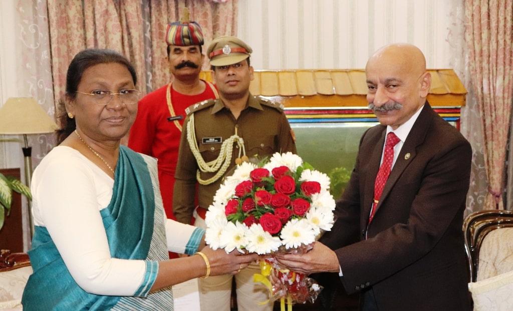 <p>माननीया राज्यपाल द्रौपदी मुर्मू से भारतीय रेलवे के P.S Mishra, IRTS,GM,SER ने आज राजभवन में शिष्टाचार भेंट की |</p>