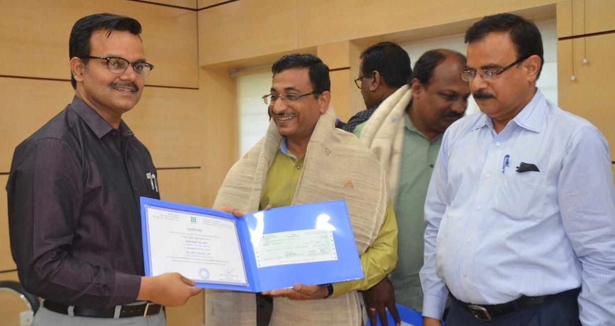 <p>उद्योग सचिव सुनील कुमार बर्णवाल ने आज झारखंड मंत्रालय में राज्य में बेहतरीन कार्य हेतु एमएसएमइ इकाईयों को राज्य स्तरीय पुरस्कार 2017 प्रदान किया।</p>