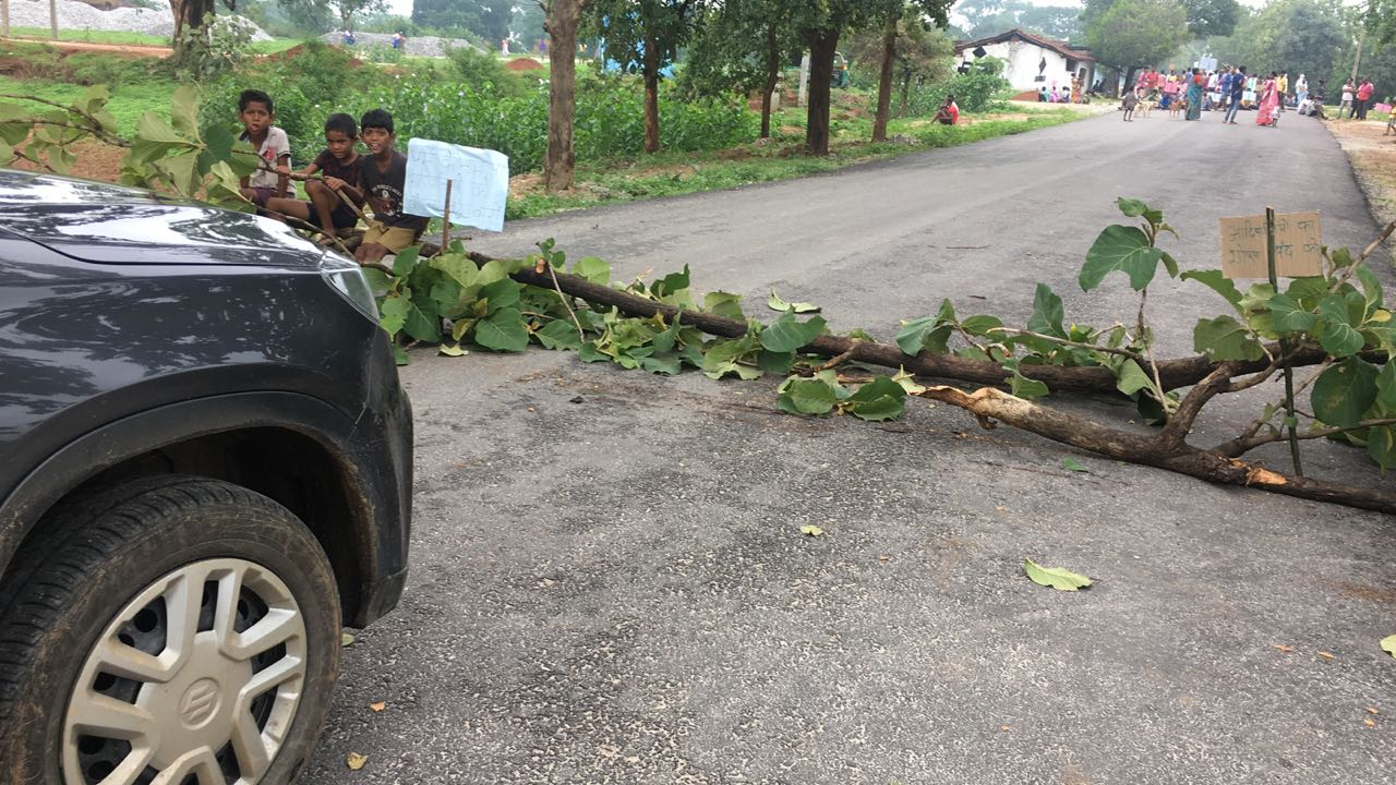 <p>Bandh supporters blocked Khunti-Karra road using tree trunks during day-long bandh/strike called by opposition parties on Thursday.</p>