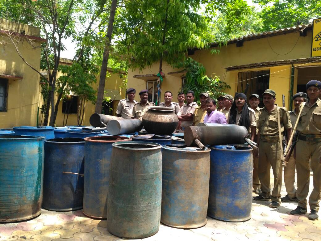 <p>Jharkhand Excise Department and the police personnel seized 10,000 Litres of illegal Mahua wine in Hazaribagh.</p>