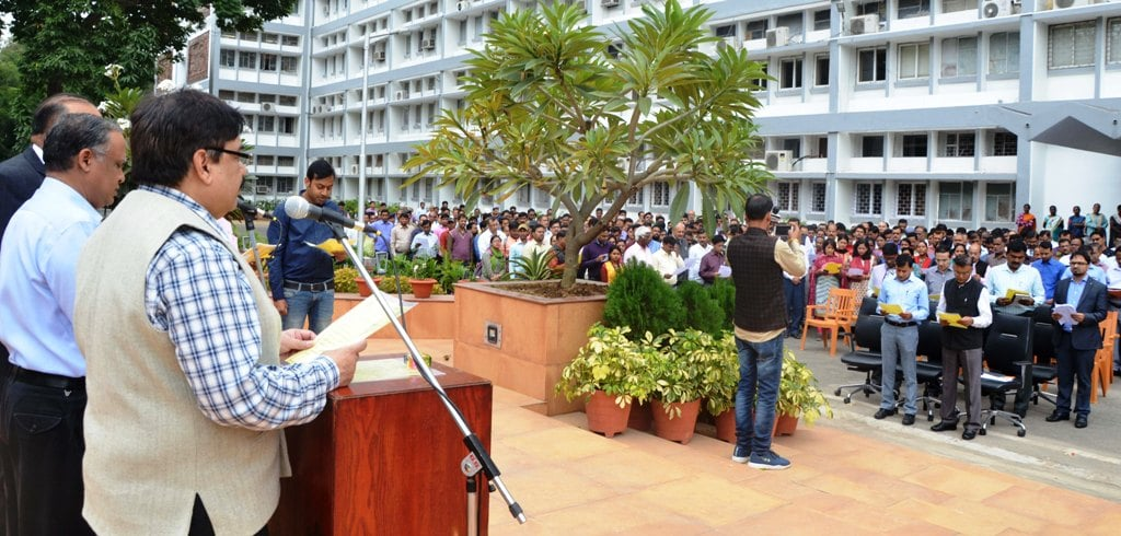 <p>Chief Secretary Sudhir Tripathi administered the oath of unity, integrity and security to the officers, employees working in the Secretariat in Project Bhawan Complex on the occasion…