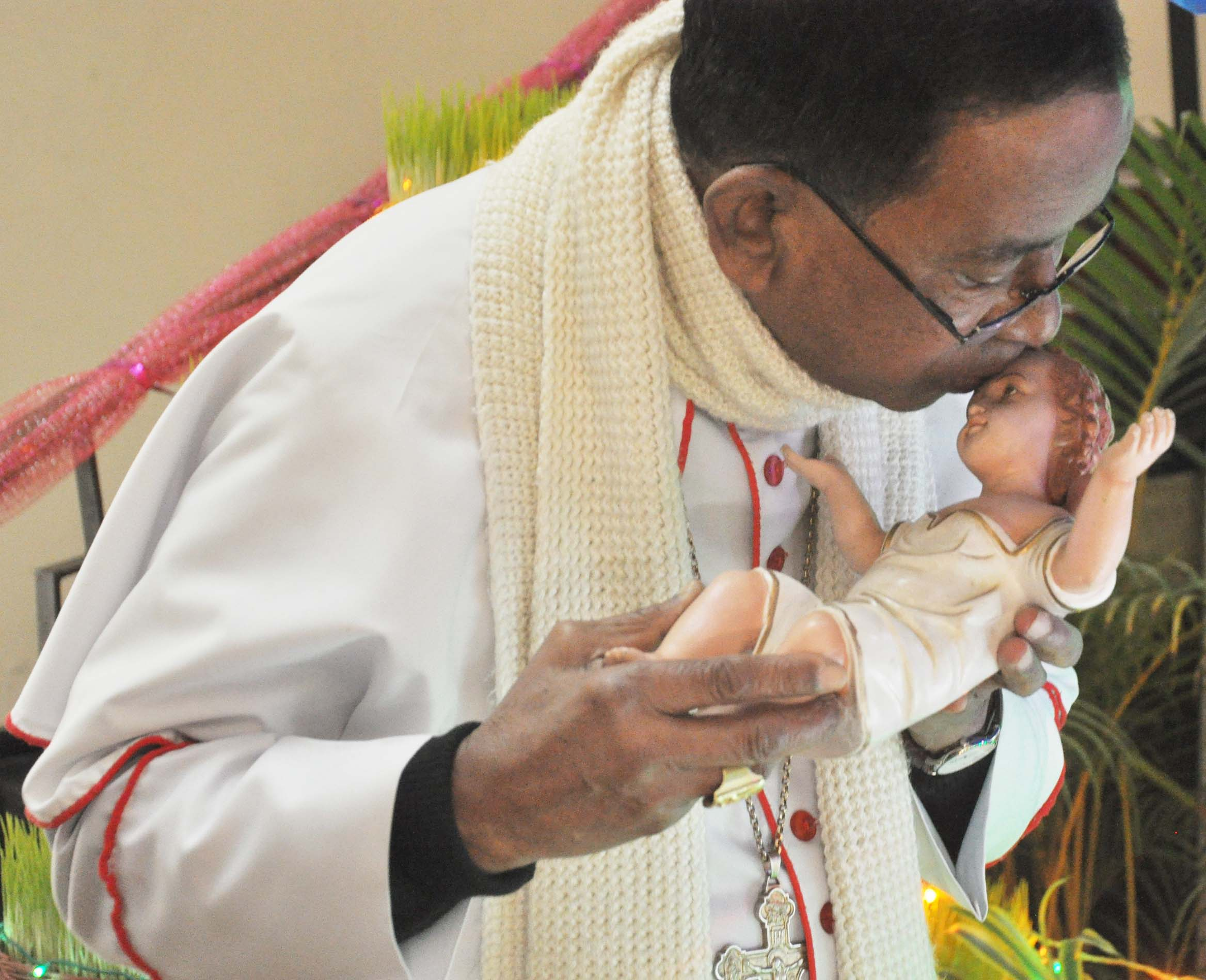 <p>Cardinal Telesphore P.Toppo kisses Idol of Jesus Christ on the occasion of Christmas celebration at Archbishop House,Purulia Road in Ranchi on Sunday.&nbsp;</p>