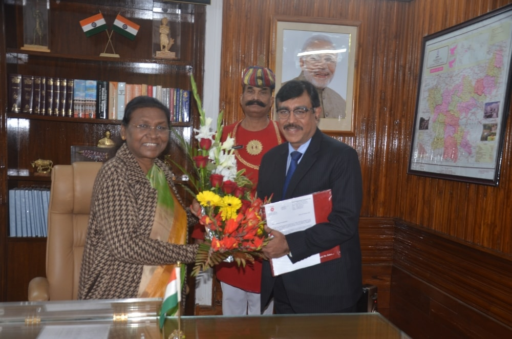 <p>Jharkhand Governor Draupadi Murmu receives bouquet from HEC CMD Abhijit Ghis during a meeting at Raj Bhawan in Ranchi on Tuesday.  </p>