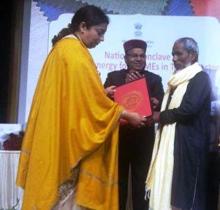 <p>केन्द्रीय कपड़ा मत्री जुबिन ईरानी ने झारखण्ड के गोड्डा जिले के नेत्रहीन बुनकर ताहिर मियां को नई दिल्ली में किया सम्मानित |</p>