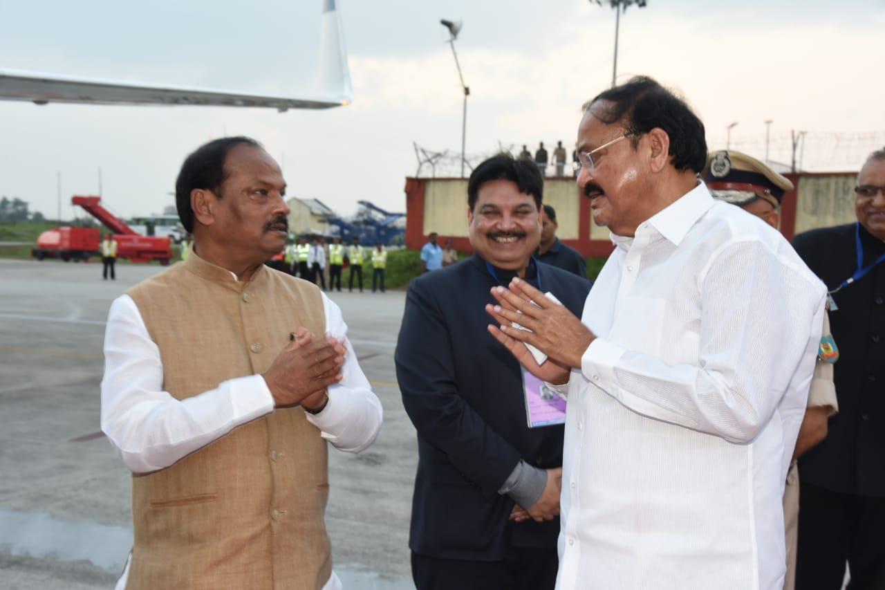 <p>बिरसा मुंडा हवाई अड्डे पर माननीय उपराष्ट्रपति वेंकैया नायडू जी को विदा करते मुख्यमंत्री रघुवर दास |</p>