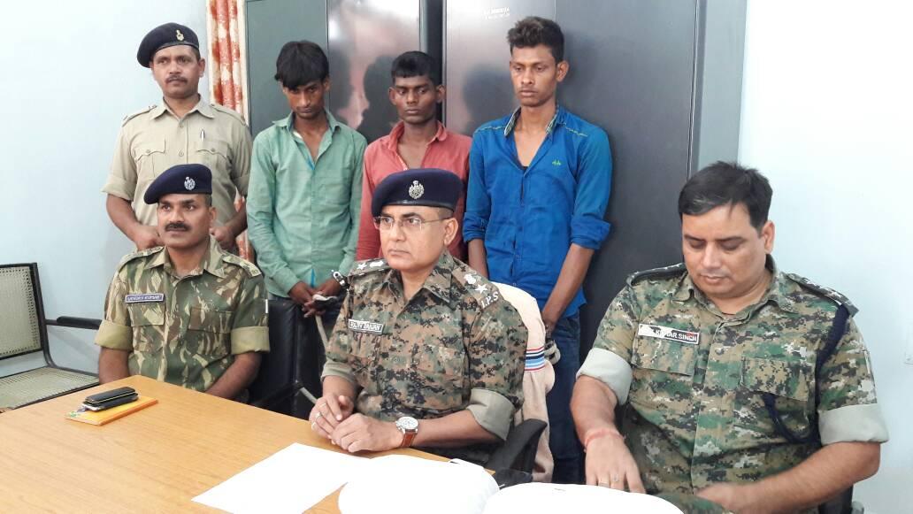 <p>Ten Maoists including three female Naxals surrendered in Lohardaga.</p>