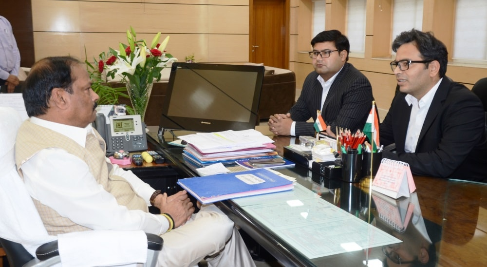 <p>Chief Minister Raghubar Das met the group CFO of Lava Mobiles, Ritesh Suneja on Tuesday. The company has announced its willingness to set up a plant in Jharkhand.</p>