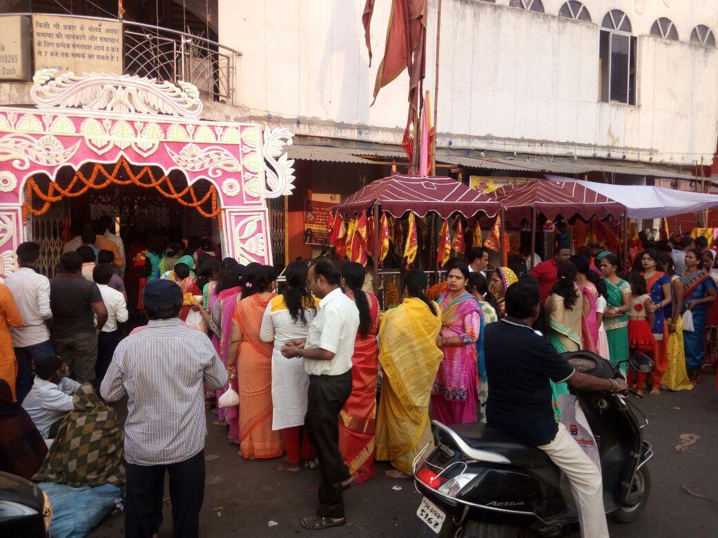 <p>राँची महावीर मंदिर मेनरोड में श्रद्धालुओं का पूजा करने के लिए लम्बी लाइन लग गया है |</p>