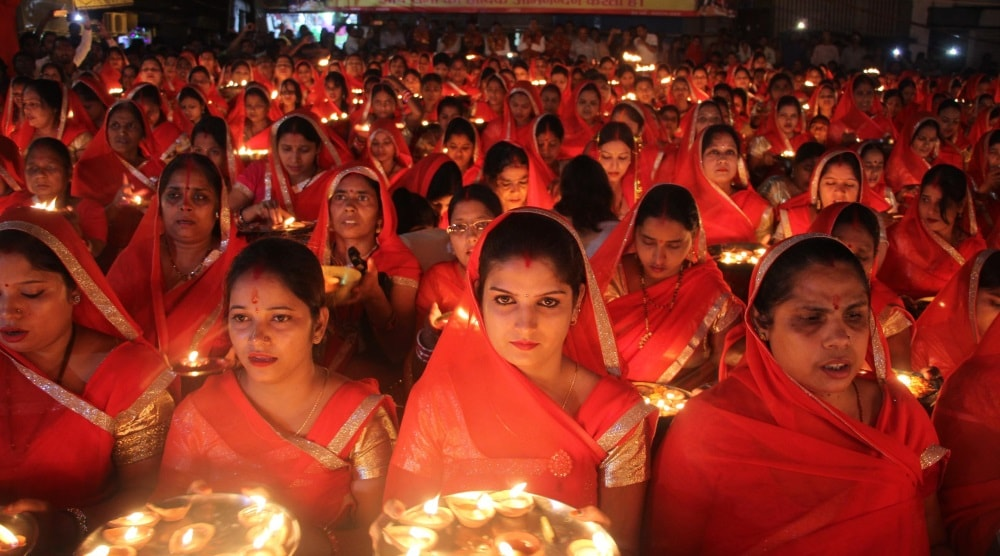 <p>Devotees participating a mass Maha Aarti at Harmu Kali Puja Sammitte in Harmu in Ranchi on Friday evening.</p>