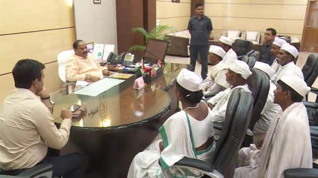 <p>Tana Bhagats-Tribal followers of Mahatma Gandhi-met CM Raghubar Das and sought redressal of their old grievance connected with their land.</p>