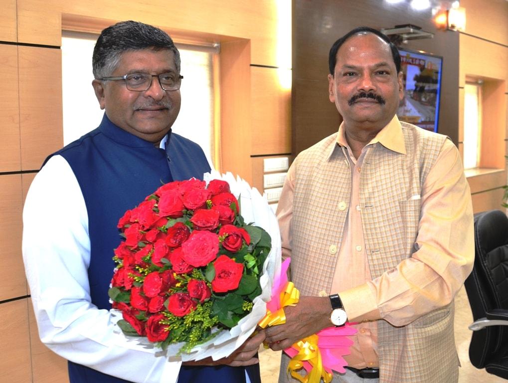 <p>झारखंड मंत्रालय में आज मुख्यमंत्री श्री रघुवर दास से केंद्रीय कानून, इलेक्ट्रॉनिक्स एवं सूचना प्रौद्योगिकी मंत्री श्री रविशंकर प्रसाद ने मुलाकात किया. |</p>