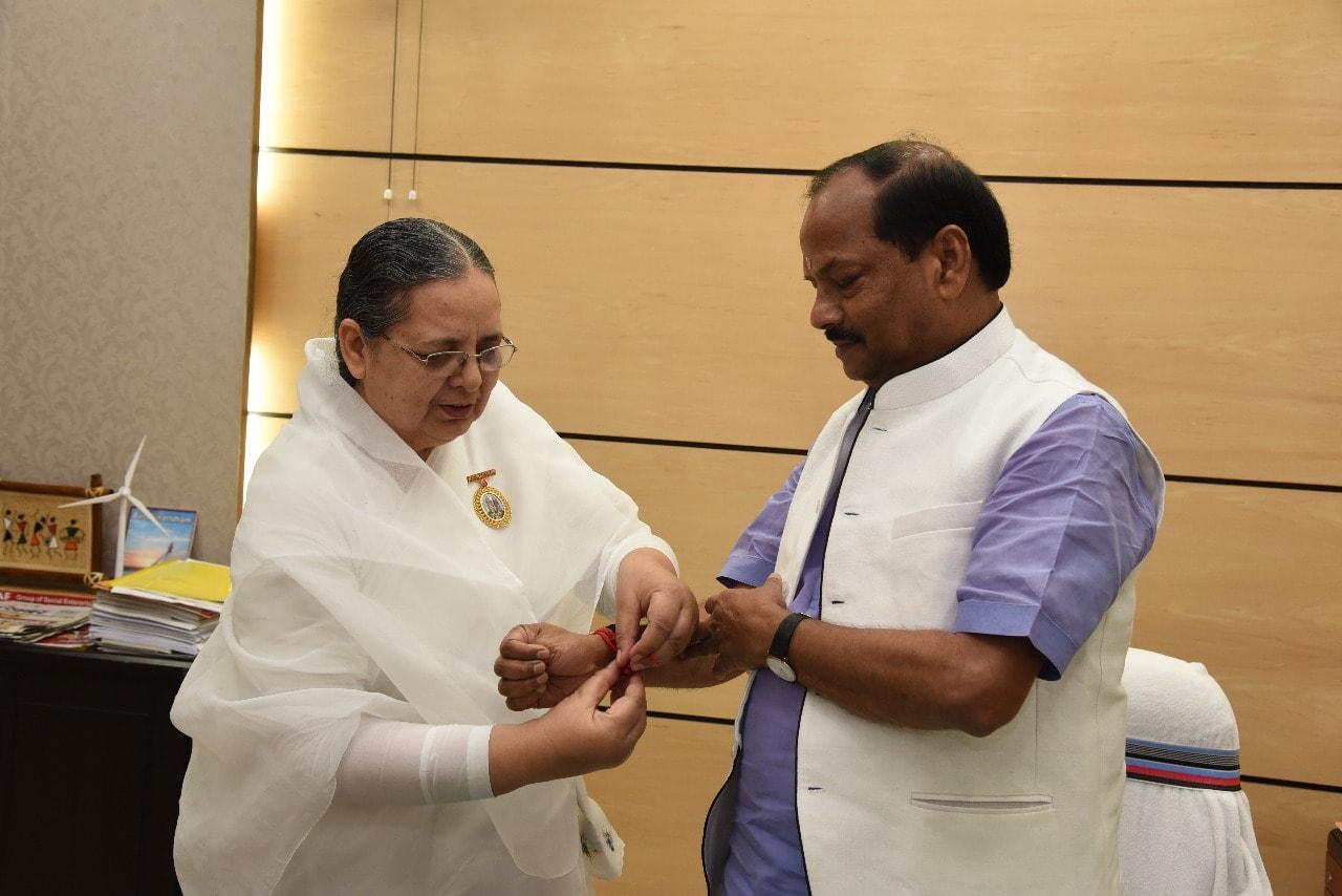 <p>मुख्यमंत्री रघुवर दास को झारखंड मंत्रालय में प्रजापति ब्रह्माकुमारी ईश्वरीय विश्वविद्यालय की बहन निर्मला ने राखी बांधी।&nbsp;</p>