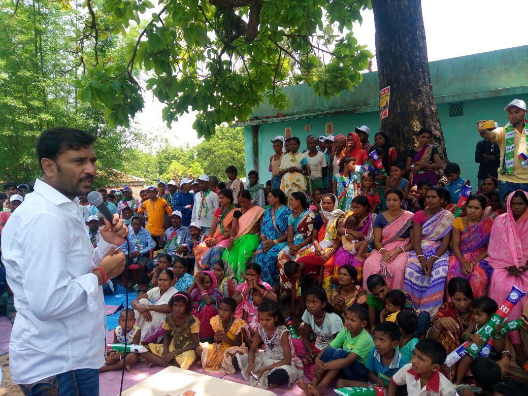 <p>सिल्ली विधानसभा के बनसिया पंचायत के घनबांसार गांव में सभा को संबोधित करते हुवे आजसू सुप्रिमो सुदेश कुमार महतो |</p>
