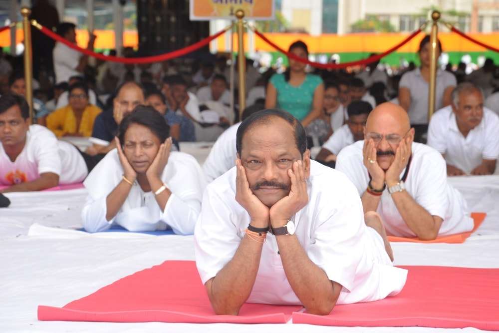 <p>Jharkhand Chief Minister Raghubar Das performs Yoga along with hundreds of others during 3rd&nbsp;International Yoga Day at Morhabadi ground in Ranchi on Wednesday.&nbsp;</p>