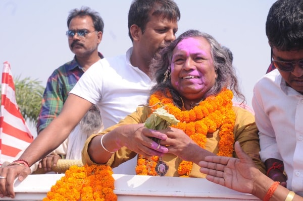 <p>Padma Shree recipient &nbsp;Mukund Nayak,a folk artist,was accorded loving welcome on his arrival Birsa Munda Inernational airport in Ranchi, Jharkhand.</p>