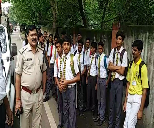 <p>Surendra Nath Public School Bus caught fire near SSP's residence in Ranchi today. Though the bus was packed with students, no one was affected. All of them stepped down quickly,…