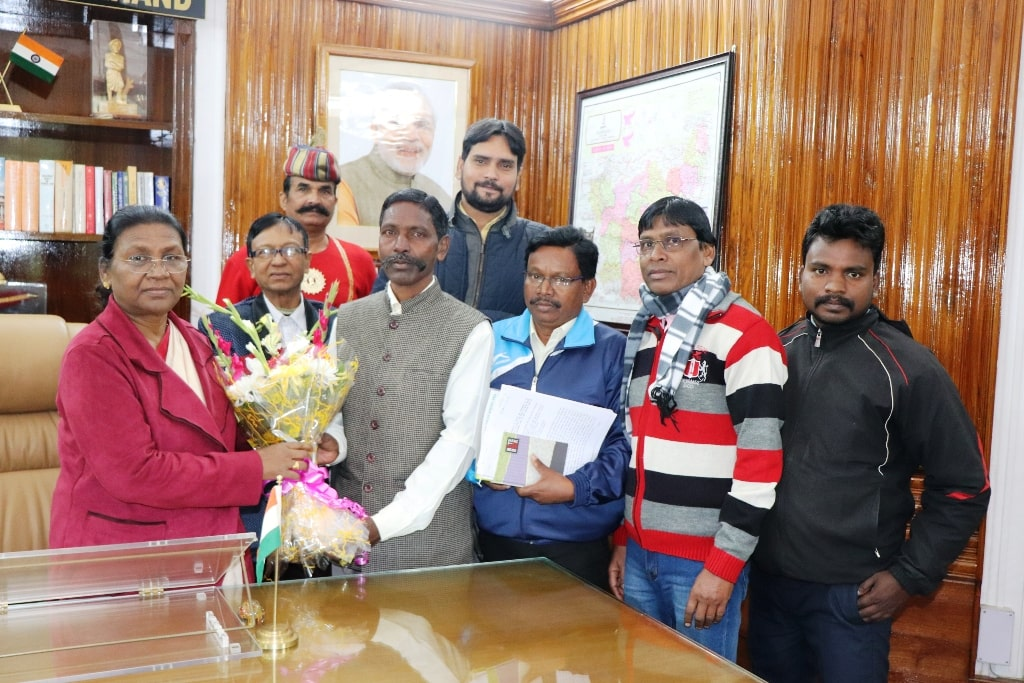 <p>On 04-01-2019, a delegation of 'Lugu Buru Ghanta Bari' met the Hon'ble Governor Draupadi Murmu under the leadership of Samai Tudu.</p>